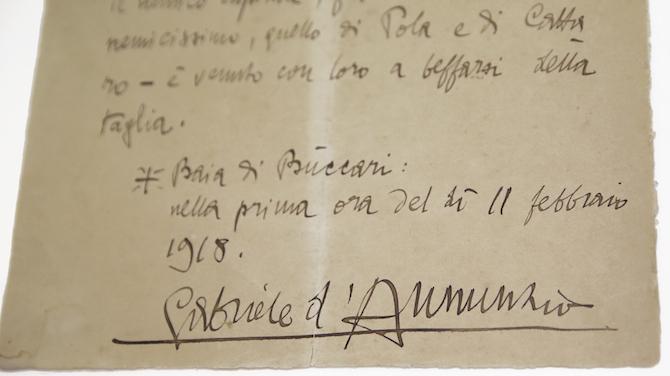 """La cosiddetta """"beffa di Buccari"""" è un'incursione militare effettuata contro il naviglio austro-ungarico da incursori della marina italiana, che esortati dal maggiore d'Annunzio desideravano vendicare la disfatta di Caporetto. La lettera in foto, manoscritta e firmata dallo stesso poeta, riporta il messaggio lanciato nelle acque della Baia di Buccari nel febbraio del 1918. Su questo importante documento storico è stata effettuata una pulitura a secco, un lavaggio con gel rigido acquoso e un trattamento di riduzione chimica, necessario a causa della forte ossidazione del supporto cartaceo. A seguito del risarcimento di lacerazioni e lacune, la lettera è stata collocata in passe-partout conservativo. È attualmente custodita presso il Museo dell'Arma dei Carabinieri di Roma. (© courtesy of Librarti)"""