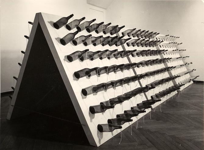 MOLOTOV, Galleria Il Punto, Torino 1968 Legno e bottiglie 600 x 200 x 150 cm