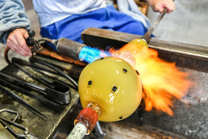 Lavorazione nella fornace VENINI di Confetti di Benjamin Moore – Photo Credit VENIN