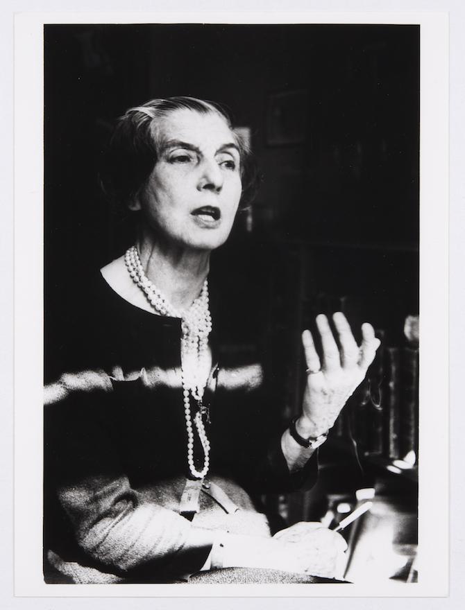 L'Odyssée de Cartier - Capitolo - Jeanne Toussaint durante un'intervista negli anni '50 - Archives Cartier © Cartier