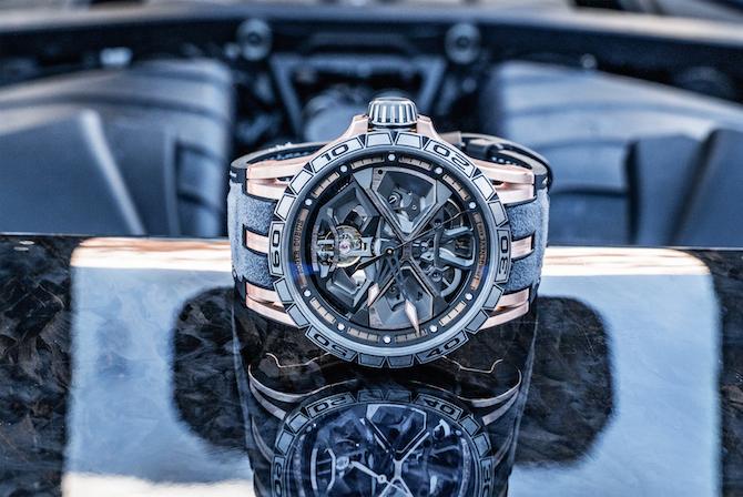 Excalibur Huracán - Ref. DBEX0750 - Orologio meccanico a carica automatica, calibro RD630 con bilanciere inclinato 12°, cassa con diametro 45 mm, spessore 14.5 mm Excalibur Spider scheletrata in oro rosa con carrure di titanio rivestito di caucciù nero, lunetta scanalata di titanio con cifre di colore nero. Corona di titanio con anello in vernice nera. Quadrante scheletrato con rehaut d'oro rosa, indici d'oro rosa confinitura al rodio rivestiti di SuperLuminova bianco, lancette con rivestimento PVD d'oro con punte d'oro e SuperLuminova bianco, lancetta dei secondi di alluminio d'oro. Funzioni: ore e minuti, secondi, data. Cinturino Bimateriale, base di caucciù nero, rivestimento di alcantara grigio, cuciture nere.Fibbia déployante regolabile di titanio DLC, sistema di sgancio rapido.Impermeabilità 5 BAR.