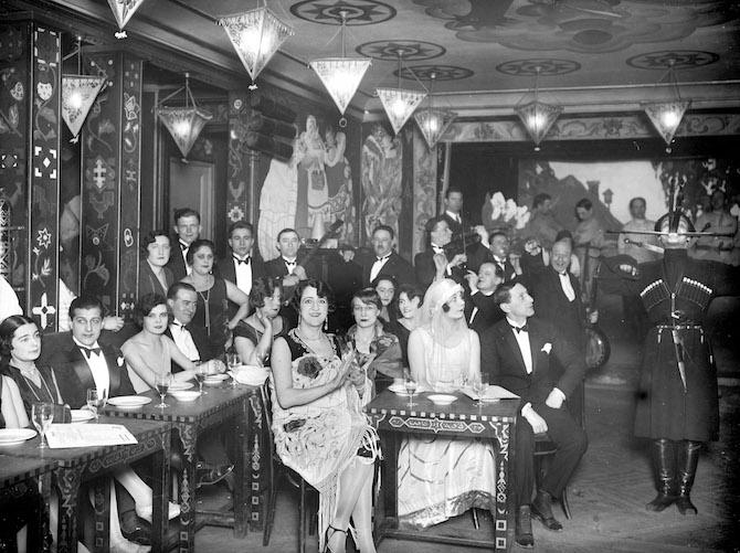 Cabaret russo con ballerino caucasico, Parigi circa 1925