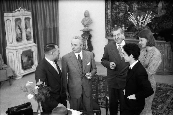 Roberto Capucci, Giovan Battista Giorgini e due compratori americani a Palazzo Strozzi nel 1953. Foto G.M. Fadigati, Archivio Giorgini