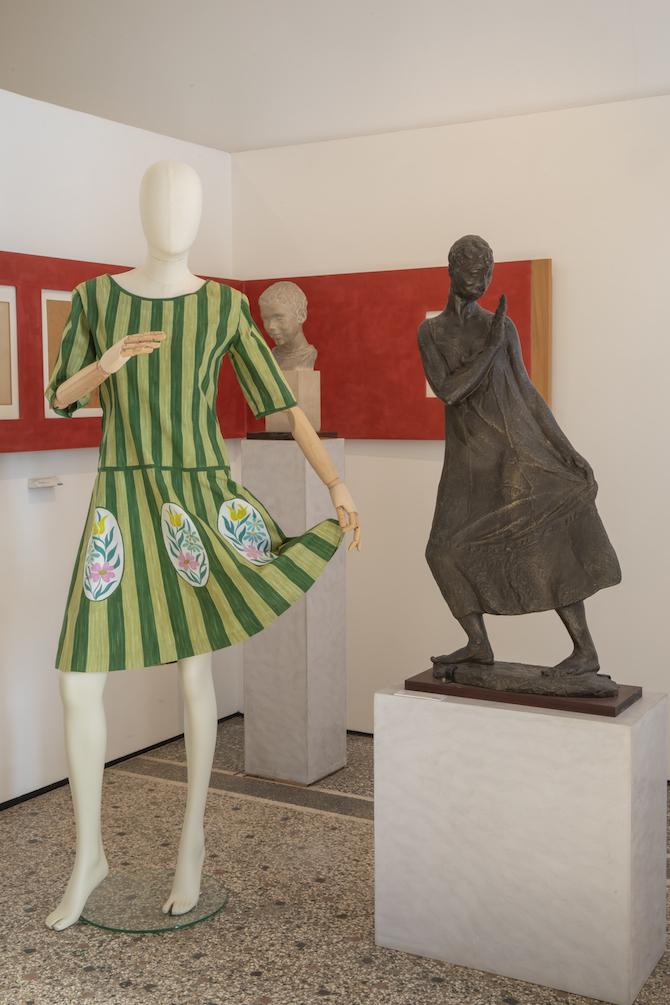 Abiti di Dianora Marandino esposti alla galleria Rizzarda di Feltre (donazione Antonia Guarnieri. Foto Gaetano Caberlotto).