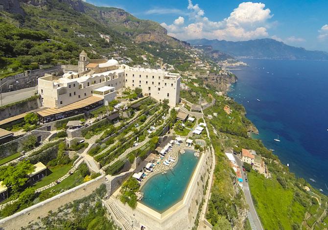 Il Monastero Santa Rosa Hotel & SPA la sua piscina a sfioro