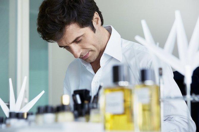 Olivier Polge nel laboratorio di fragranze Chanel