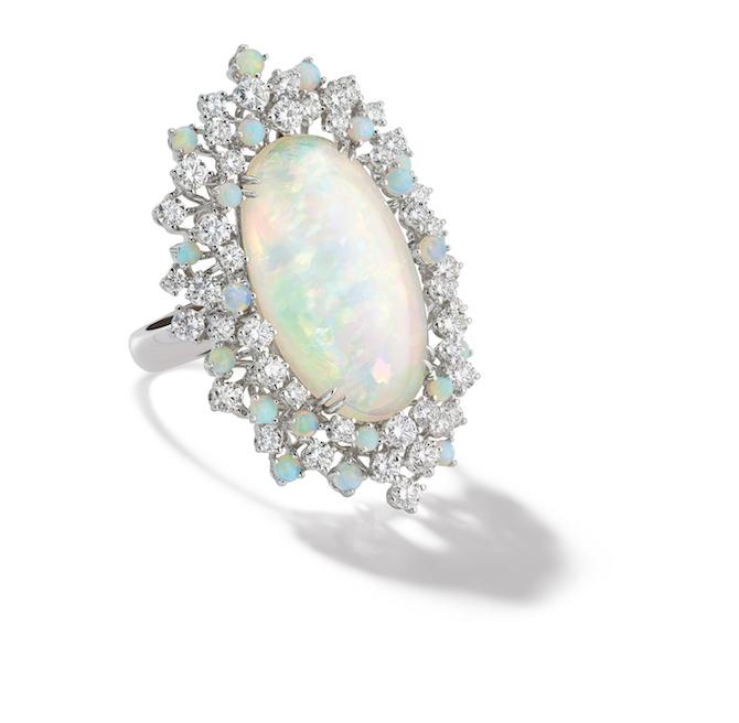 Damiani, collezione alta gioielleria Mimosa, anello in oro bianco con opali e diamanti.