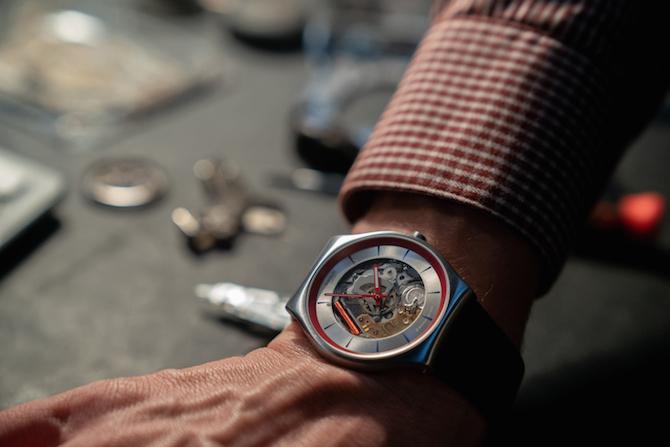 """Swatch Skin Irony progettato per """"Q"""" sul set della nuova pellicola dedicata all'agente segreto 007"""