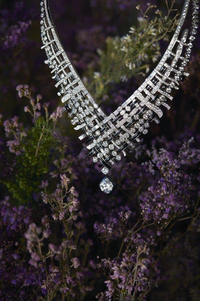 Tweed De Chanel , collana Tweed Graphique in oro bianco, onice e diamanti, di cui uno con taglio rotondo di 5,03 carati.