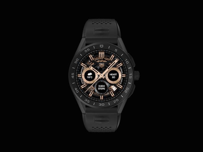 """Il nuovo TAG Heuer Connected Watch nella versione con cassa in titanio grado 2 con finitura nera opaca. Si noti il dettaglio dello schermo. Che riproduce fedelmente in una delle sue molteplici """"face"""" digitali il quadrante scheletrato del movimento Heuer 02."""