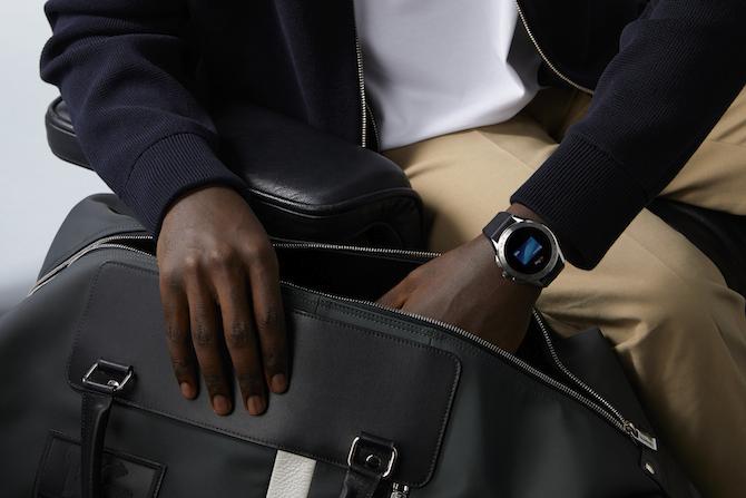 Un indossato del nuovo TAG Heuer Connected Watch. Tra le sue funzionalità (si aguzzi la vista sul display) anche quella per i pagamenti Google Pay, attiva nei Paesi in cui è supportata.