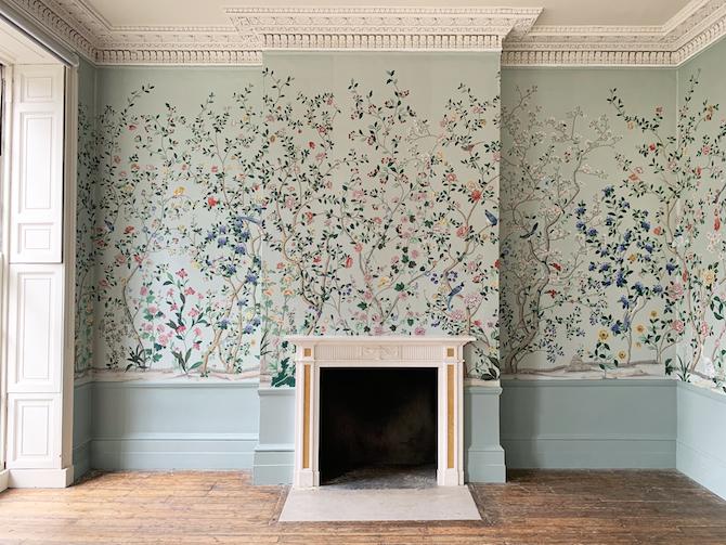 _ Chinoiserie 'Erdem' dipinta a mano de Gournay su seta tinta color 'Adam Grey' Location: Georgian House, London