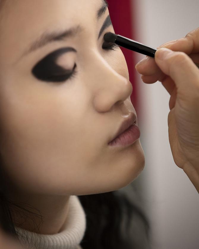 Backstage CHANEL Métiers d'Art 2020/21 Collection « Le Château des Dames »Maquillage CHANEL – Lucia Pica© CHANEL 2020