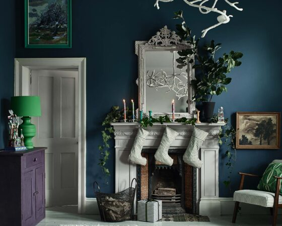 regali di Natale 2020-Annie-Sloan-Christmas-Living-Room-Aubusson-Wall-Paloma-Fireplace-And-Mirror-Ticking