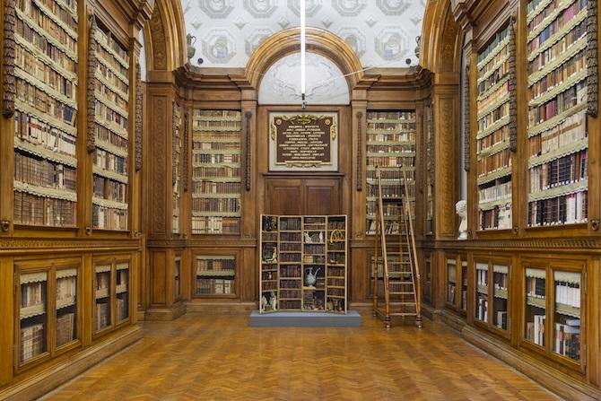 Fornasetti Theatrum Mundi. Allestimento nella Galleria Petitot della Biblioteca Palatina, Complesso Monumentale della Pilotta. Photo credit: Cosimo Filippini