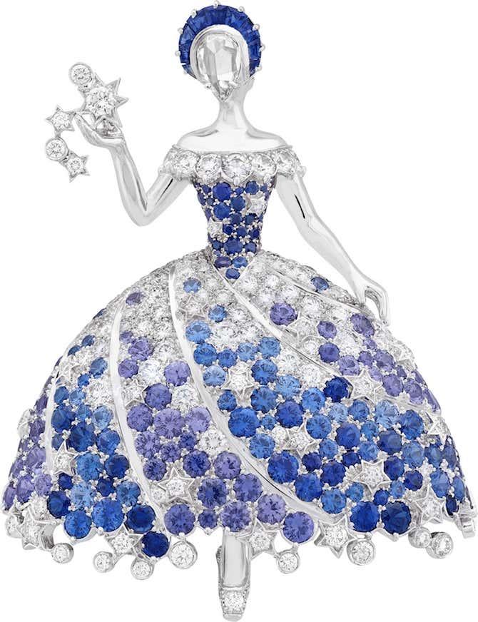 "Spilla Van Cleef & Arpels ""Fée Cassiopée"" in oro bianco, zaffiri blu e malva, diamanti. © Van Cleef & Arpels"