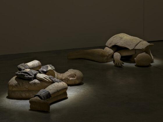 I Dormienti di Mimmo Paladino in mostra alla Cardi Gallery di Milano