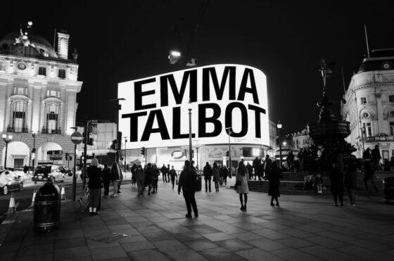 Emma Talbot celebra la giornata internazionale della donna su Picadilly Lights