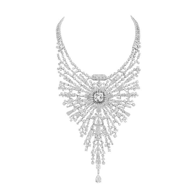 Collana Diamond Sillage in oro bianco e diamanti con 1 diamante taglio cuscino 10,11 ct D FL e 1 diamante taglio goccia 3,04 ct D FL.