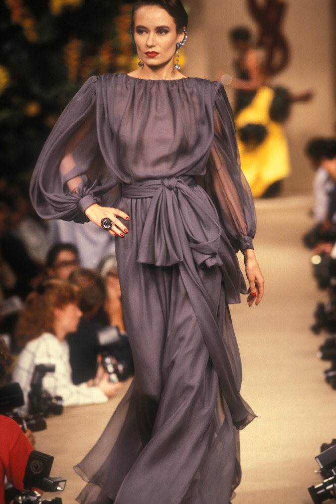 Robe de soir portée par Claire Calladine, collection haute couture automne-hiver 1987. Photographie de Guy Marineau © Yves Saint Laurent
