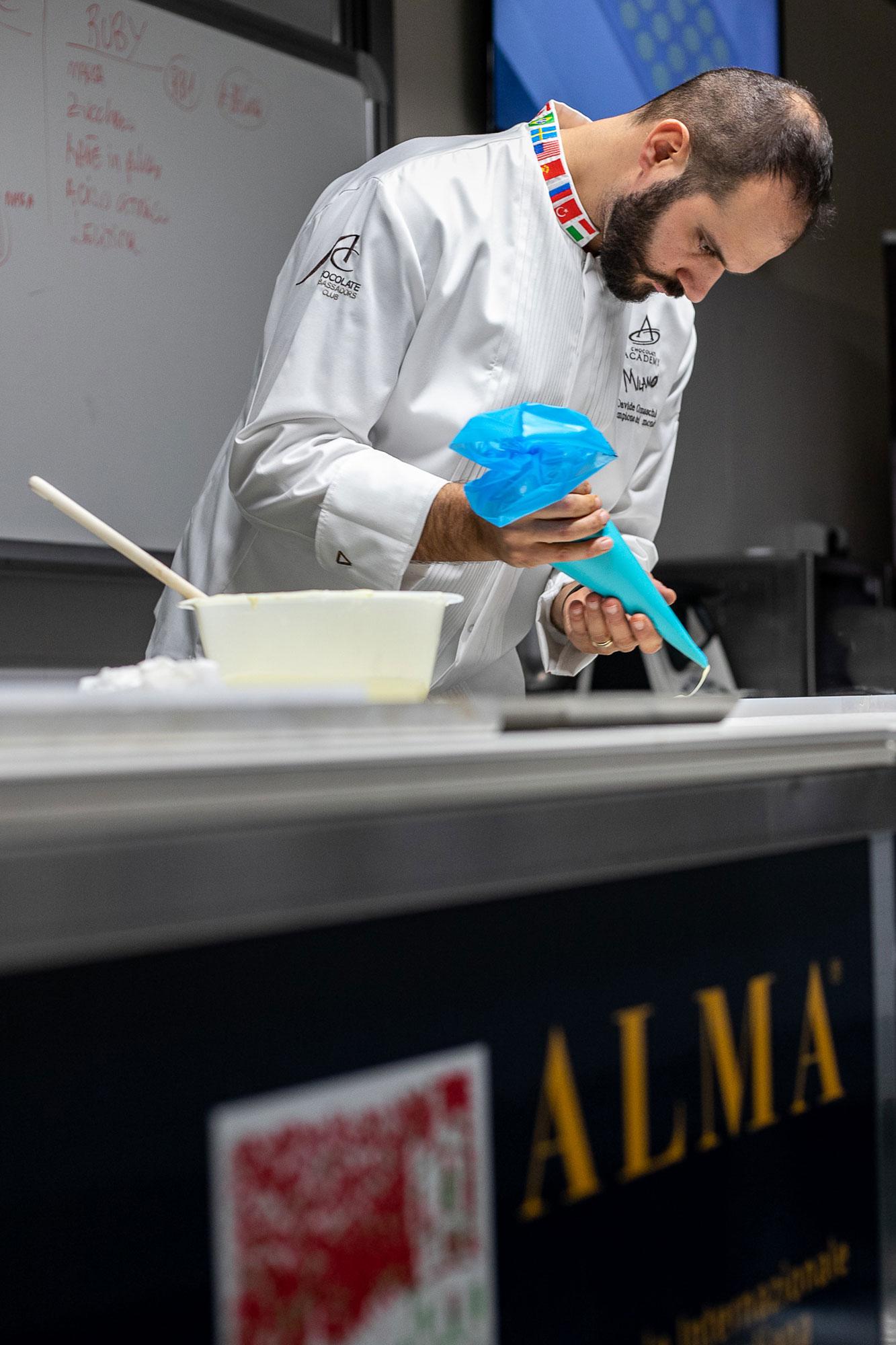 """Davide Comaschi è da sempre uno dei guest chef più affezionati al mondo della didattica di ALMA: nel corso delle lezioni """"mani in pasta"""" del Master in Chocolate Arts, Comaschi insegna come realizzare i mignon al cioccolato."""