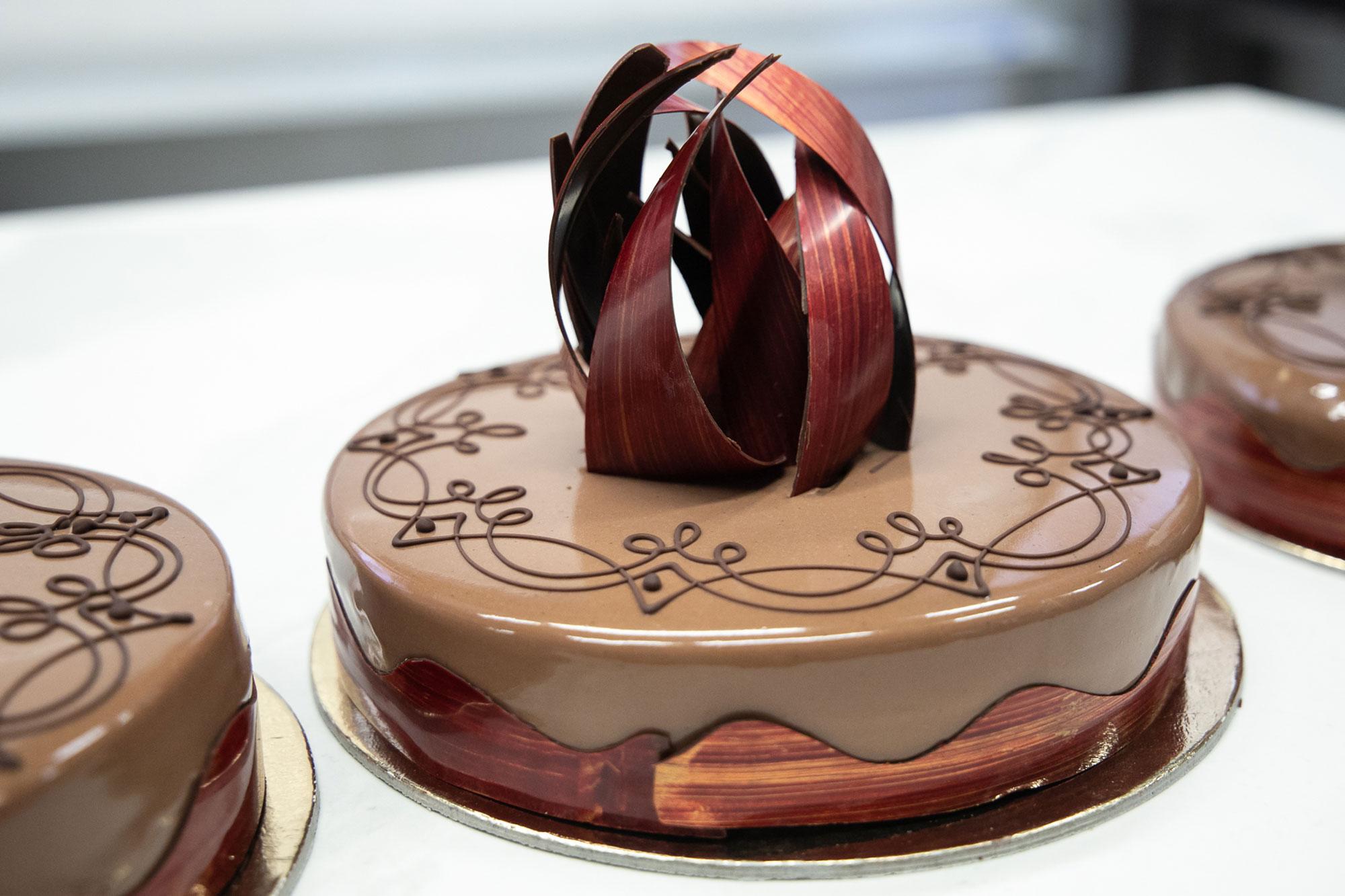 """La torta, uno dei primi """"amori"""" di Davide Comaschi, qui realizzata interamente in cioccolato. La sua carriera, dopo la formazione al C.A.P.A.C. meneghino, prende avvio dalla pasticceria Martesana di Milano, dove a 13 anni come stagista comincia proprio dalle basi: i prodotti da forno e da pasticceria."""
